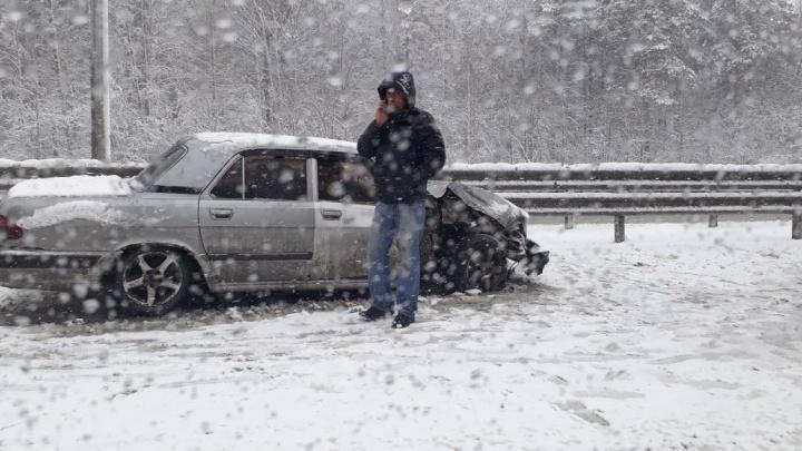 Через каждый метр —разбитый автомобиль: из-за снегопада на Московском тракте произошла серия ДТП