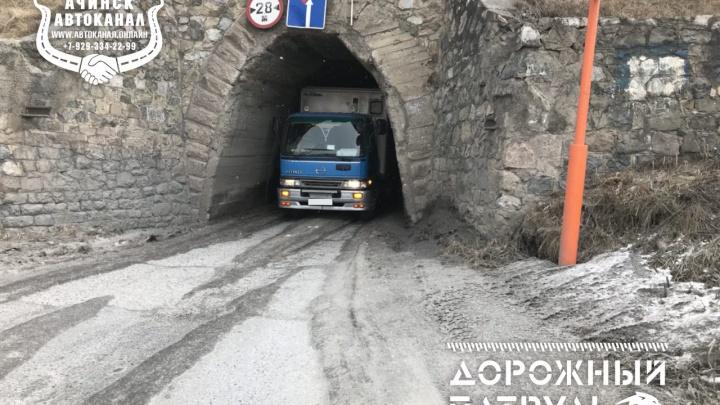 В Ачинске в туннеле застрял грузовик. Пришлось вытаскивать трактором
