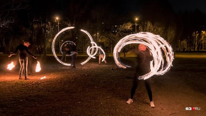 Амбре из керосина и ловкость рук: артисты фаер-шоу рассказали, как зарабатывают на огне