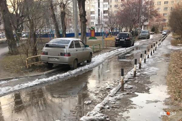 Река во дворе на улице Стахановской