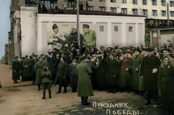 Плакат с изображениями Сталина, Рузвельта и Черчилля был на стене снесённого позже кинотеатра, напротив площади Революции