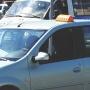 В Тюмени таксист не нашел сдачи с 2000 рублей, закрылся в машине, а потом прокатил клиента на капоте