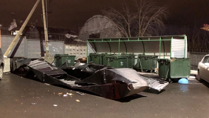Камеры наблюдения сняли, как летающая детская площадка побила десять машин на Заводской