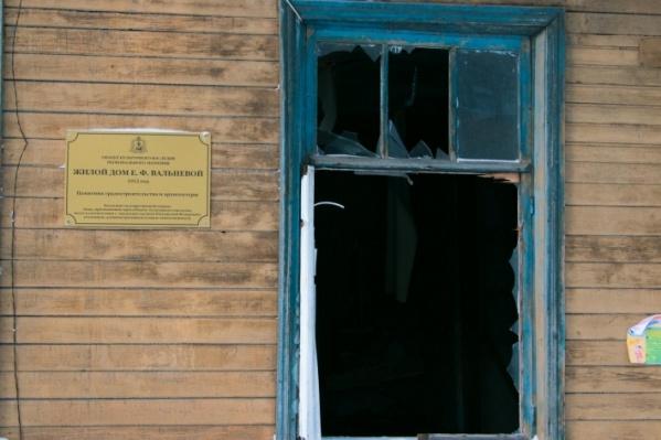 Дом уже давно стоит с выбитыми стеклами окон и отсутствующими дверями