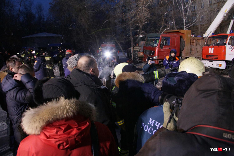 На месте происшествия помимо экстренных служб очень много прессы