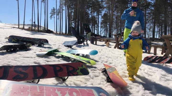 Дети поучаствовали в «непонятном» слаломе и скатились с горы на пакетах: на Уктусе закрыли сезон
