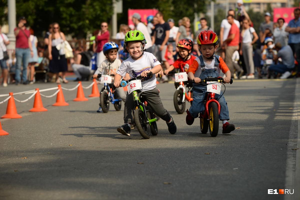 Дети участвовали в соревнованиях на беговелах