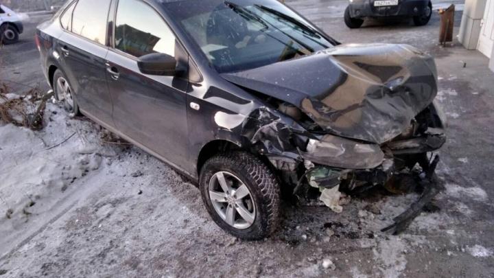 В Челябинске столкнулись два автомобиля: ранены трое