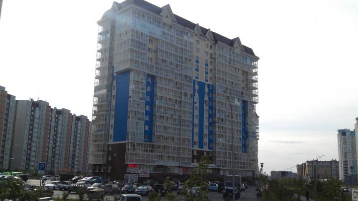 На улице Менделеева с 15-го этажа выпал мужчина. Он погиб