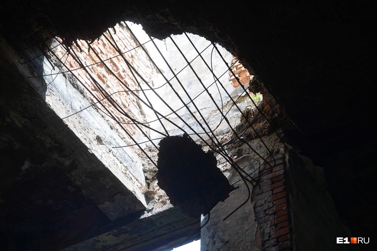 С потолка свисает огромный кусок бетона