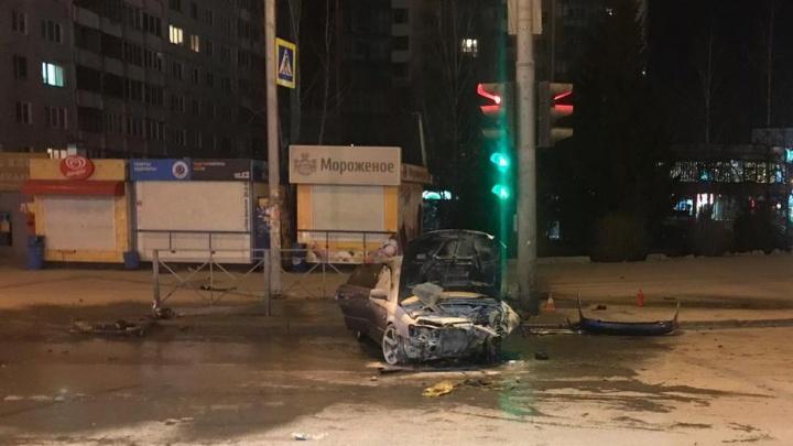 Фото последствий ночной аварии возле цирка: «Субару» всмятку после столкновения со светофором