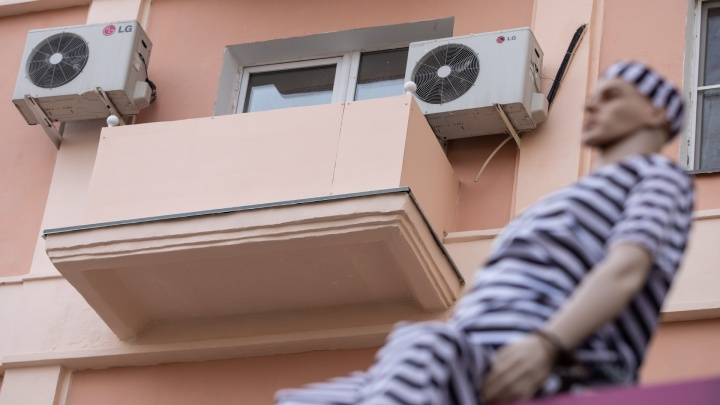 «Превратили в хрущёвку»: в доме на челябинской Кировке закрыли балконы цементными плитами
