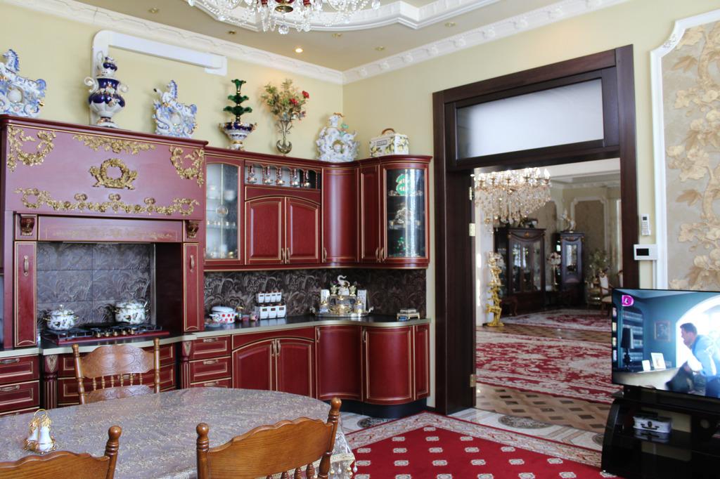 Кухня тоже в дворцовом стиле (хотя вряд ли такие кухни бывали в настоящих замках)