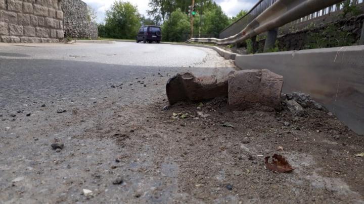 На Елизавете водитель разорвал два колеса своей ГАЗели о кусок рельса, торчащий из дороги