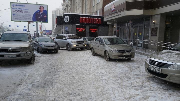 Выбираем чудака недели: как Пенсионный фонд устроил парковку на тротуаре на Октябрьской магистрали
