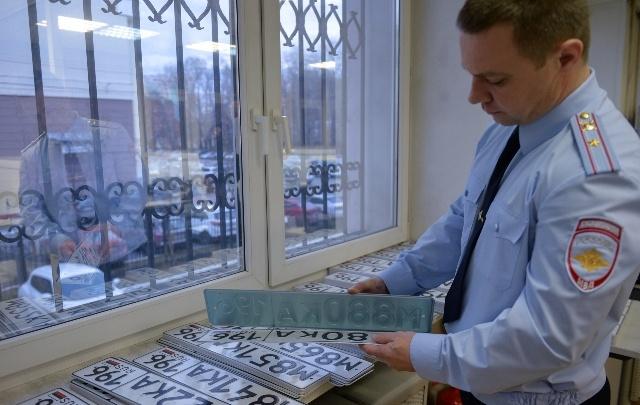 В свердловской ГИБДД рассказали, как будут выдавать номера и права в новогодние праздники
