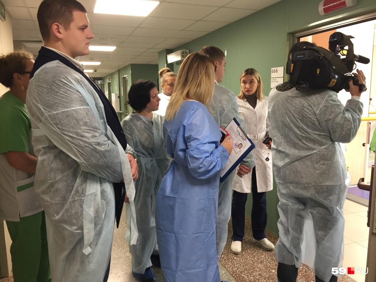 Руководитель регионального сосудистого центра Людмила Сыромятникова проводит активистам экскурсию по больнице