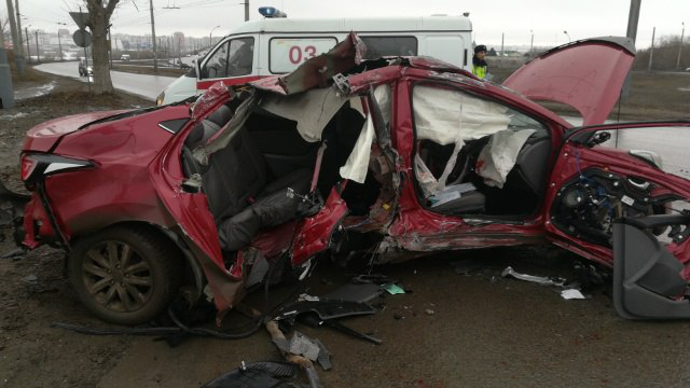 В клинике скончался пассажир иномарки, влетевшей встолб уТелецентра