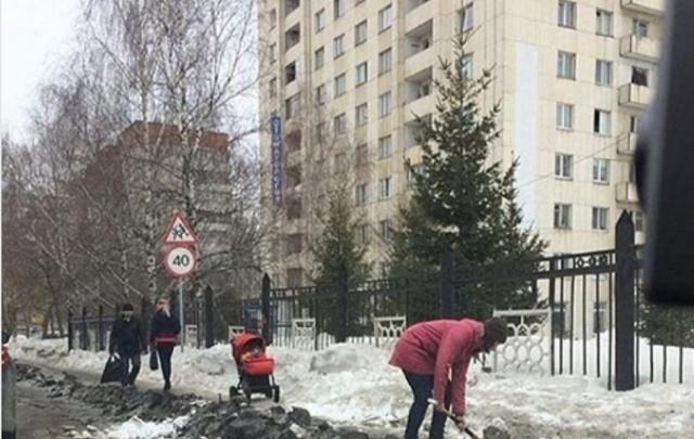 В сети появилось видео уфимской мамы, которая расчищала дорожку от снега