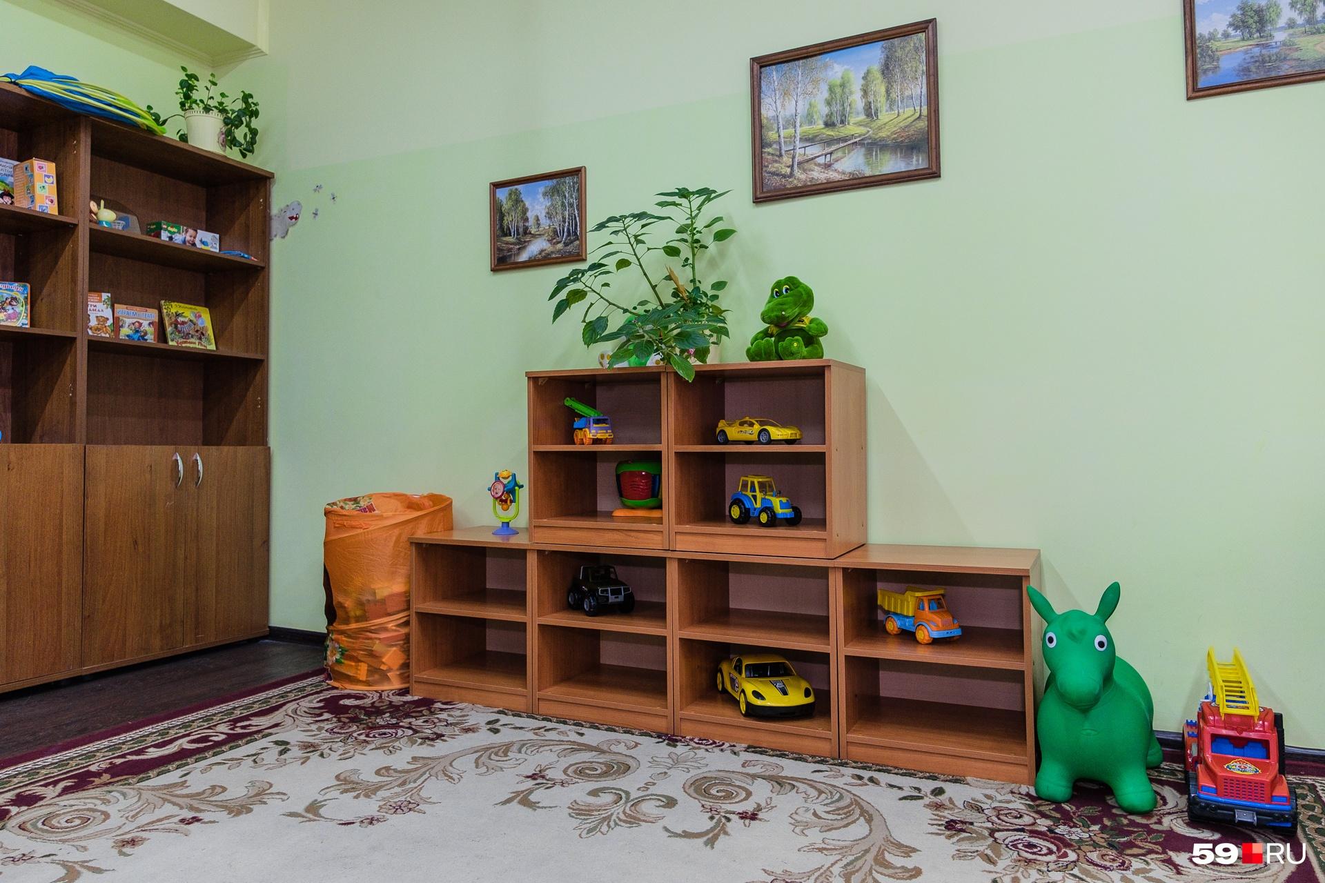 Здесь есть детская комната, в которой ребятишек можно оставить под присмотром воспитателя