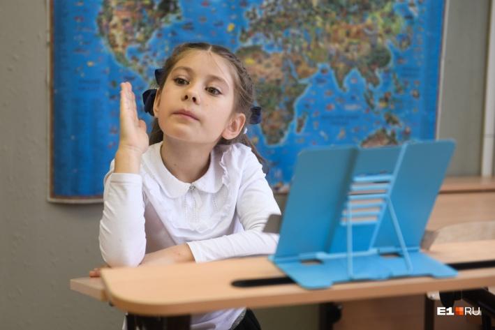 В этой школе особые парты, которые продуманы так, чтобы у детей сохранялась осанкаФото: Артем Устюжанин / E1.RU