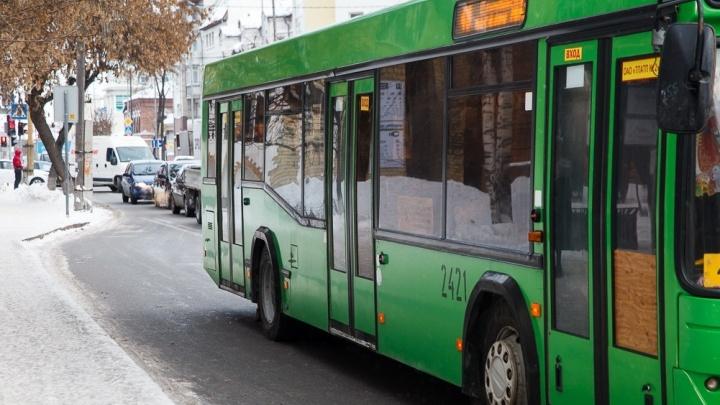 В тюменском автобусе упали две пассажирки. Одну увезли в больницу, второй медики помогли на месте