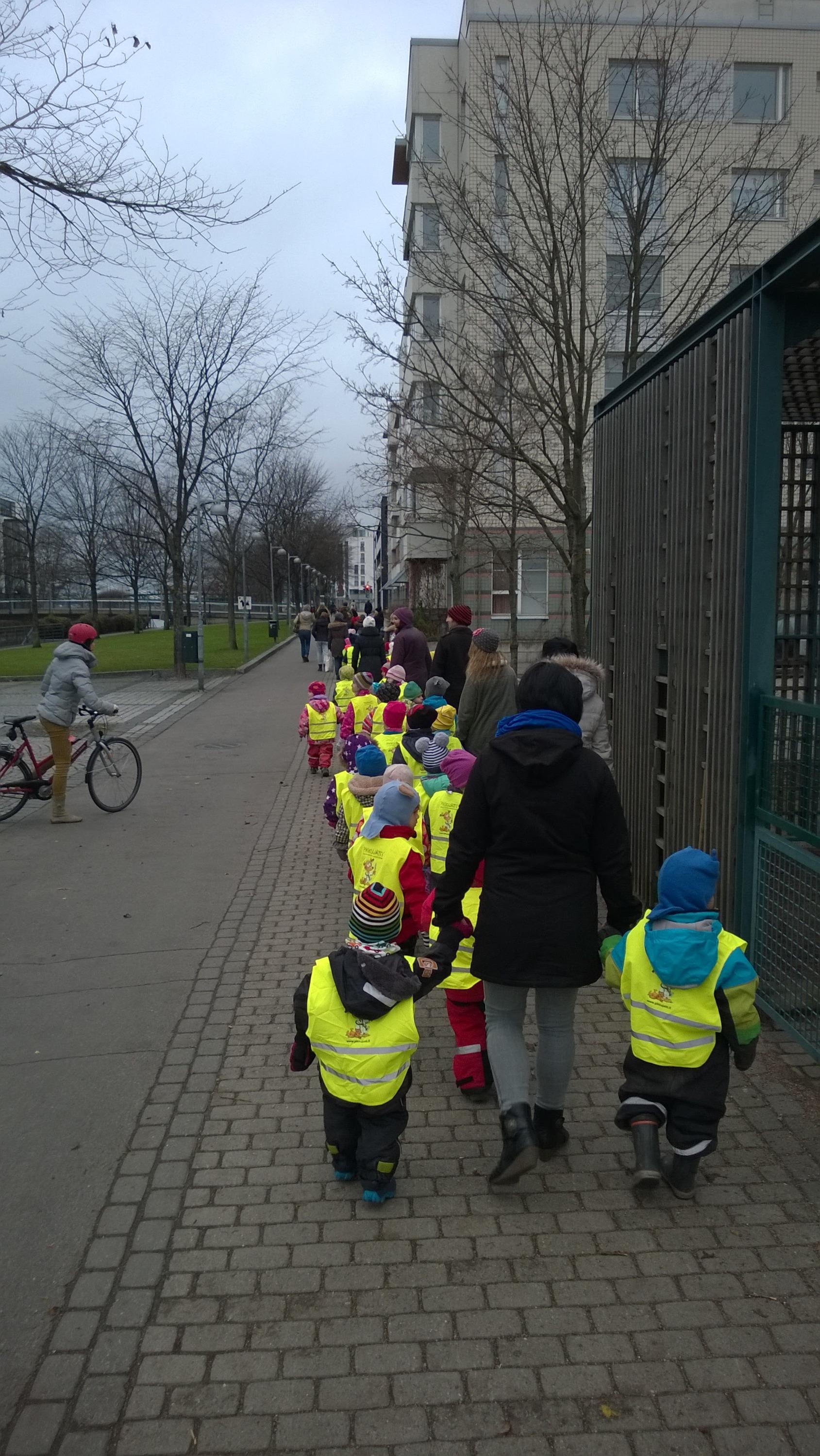 Дети из садика идут в парк
