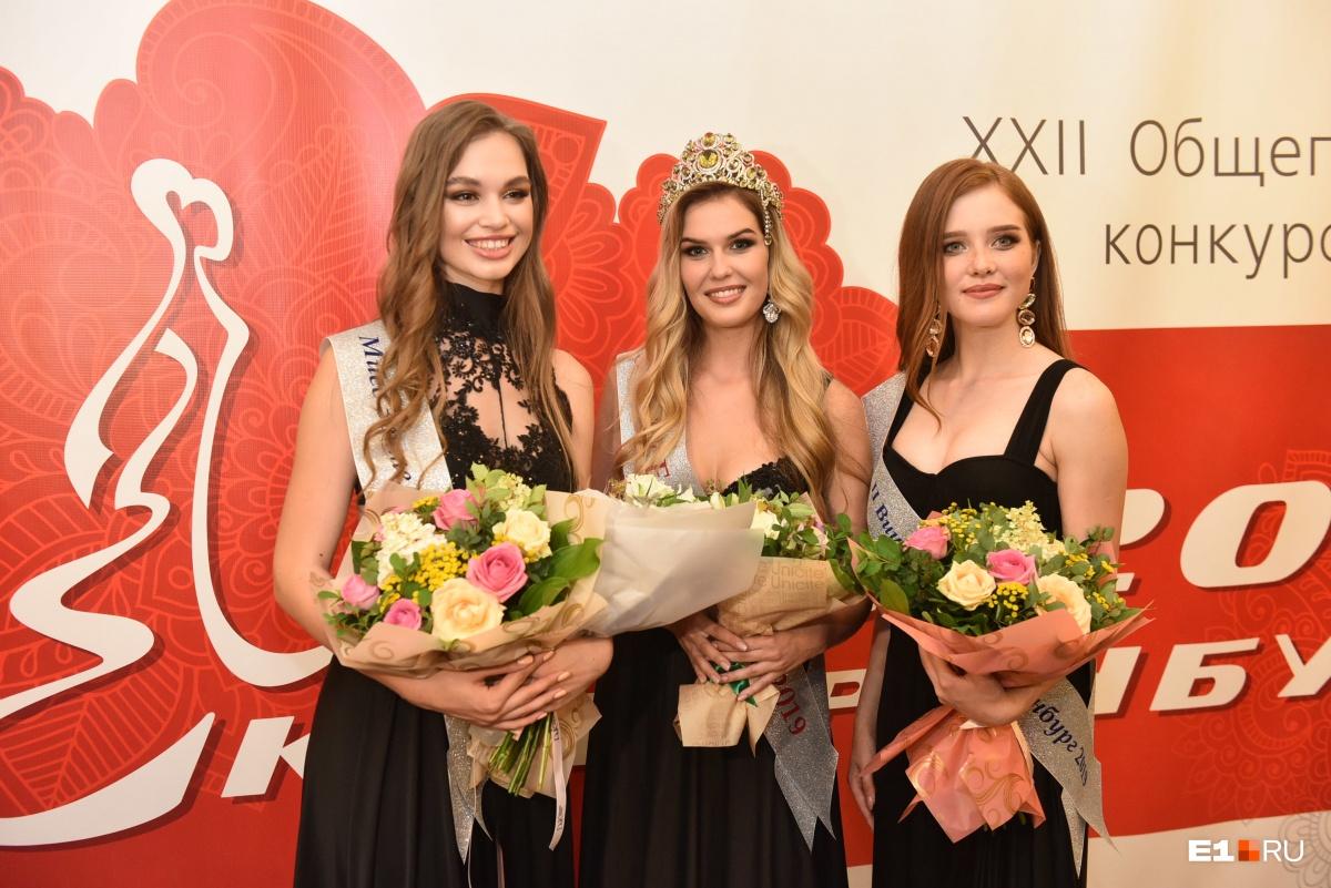 Мисс Екатеринбург Виктория Вершинина— в центре. В этом году победительница конкурса получила не машину (как обычно), а путешествие в Европу