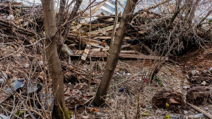 В Перми территорию речки в Саду Соловьев завалили мусором