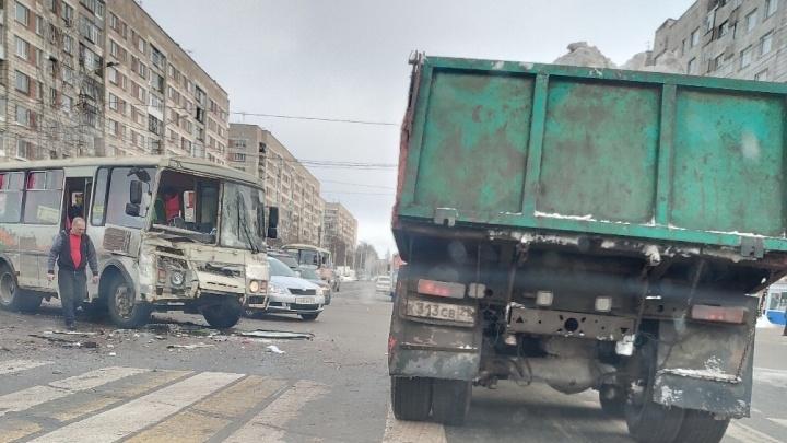 «Вылетел ребёнок»: на перекрестке в центре Архангельска столкнулись два автобуса и легковушка