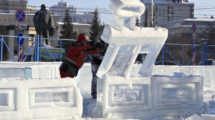 Рабочие с бензопилами началикрушить ледяной городок на площади Ленина