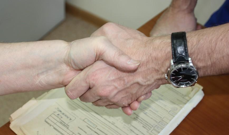 Красноярец навестил доктора, двадцать лет назад спасшего ему отрубленную гильотиной руку