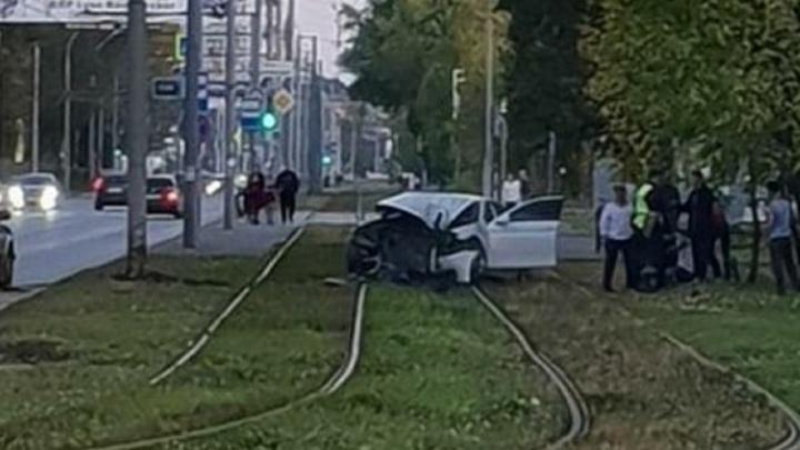 В Перми водитель BMW, скрываясь от полиции, врезался в столб