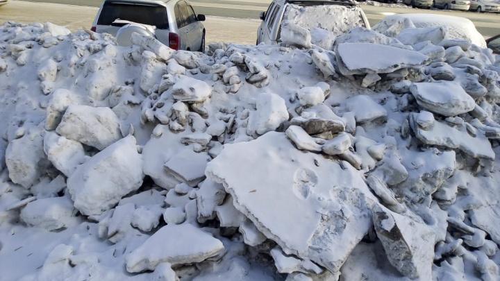 «Не пробраться»: на Гребенщикова неудачно почистили снег — он перегородил входы на тротуар