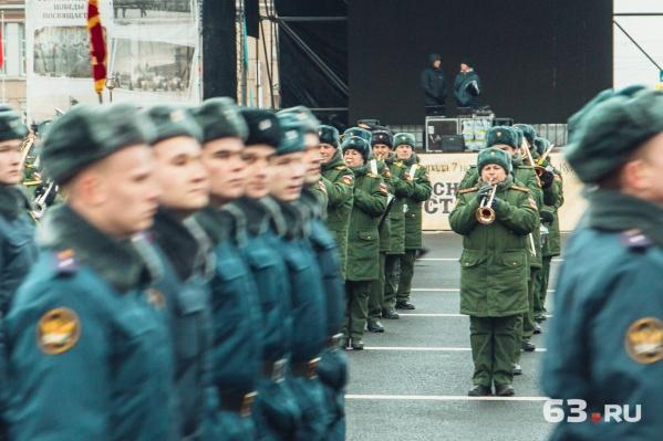 Военный оркестр сопровождает марш при любой погоде<br><br>