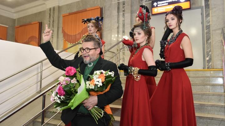 «Вы мои прекрасные кошечки»: Александр Васильев привез уральским модницам одежду из прошлого века
