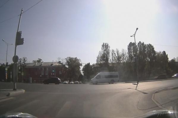 ДТП случайно попало на запись видеорегистратора жительницы Мехзавода