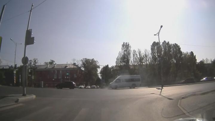 Пробка на выезд: на Мехзаводе маршрутка догнала легковушку