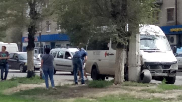 «У пассажиров ушибы и один перелом»: на севере Волгограда маршрутка врезалась в столб
