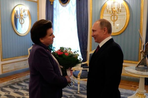 Путин подарил Валентине Терешковой букет роз