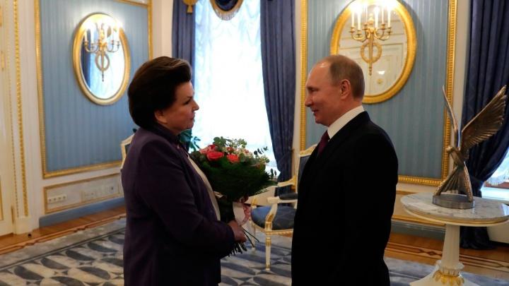 Президент поздравил Валентину Терешкову с днём рождения букетом роз