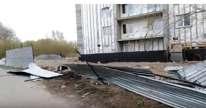 Строительный забор упал на школьника: мальчик потерял сознание посреди улицы