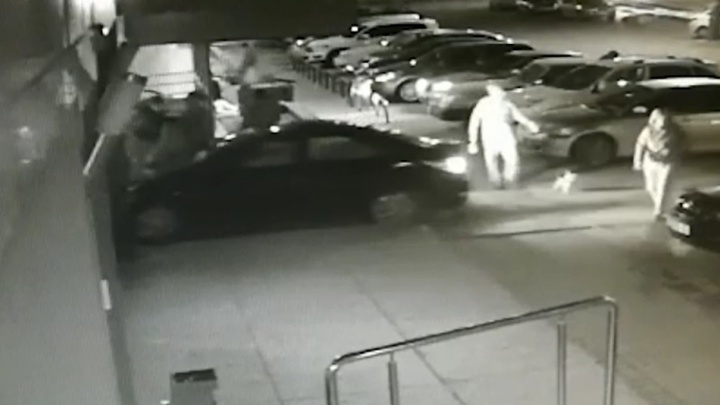 Сбил мужчину в арке и скрылся: полиция Волгограда по видео ищет владельца черногоHyundai Solaris
