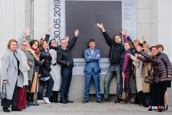 Афиши с черным квадратом, ставшим эмблемой фестиваля в этом году, словно притягивают любителей искусства