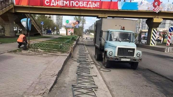 На улицах Красноярска стали массово менять бордюры и ограждения