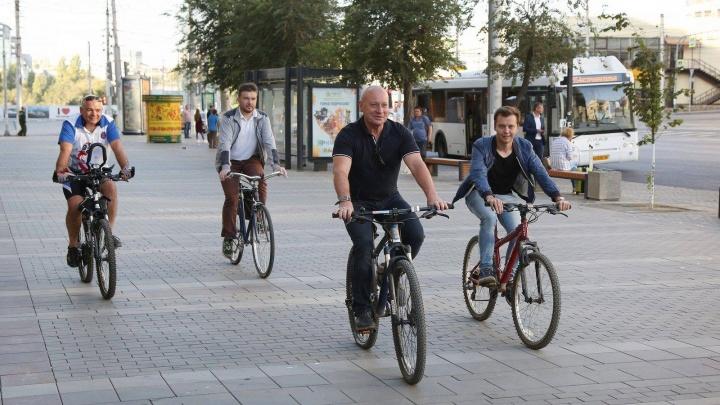 «Там ездить нельзя!»: Глава администрации Волгограда нарушил правила езды на велосипеде