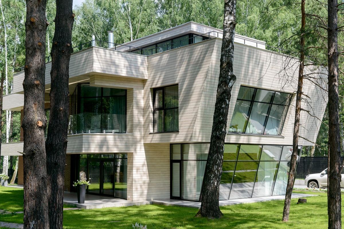 Новосибирец построил в Заельцовском бору дом-корабль с косыми стенами