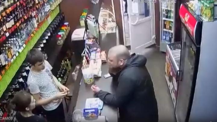 Берет на испуг, кричит, угрожает — жители Башкирии возмутились видео с неадекватным мужчиной