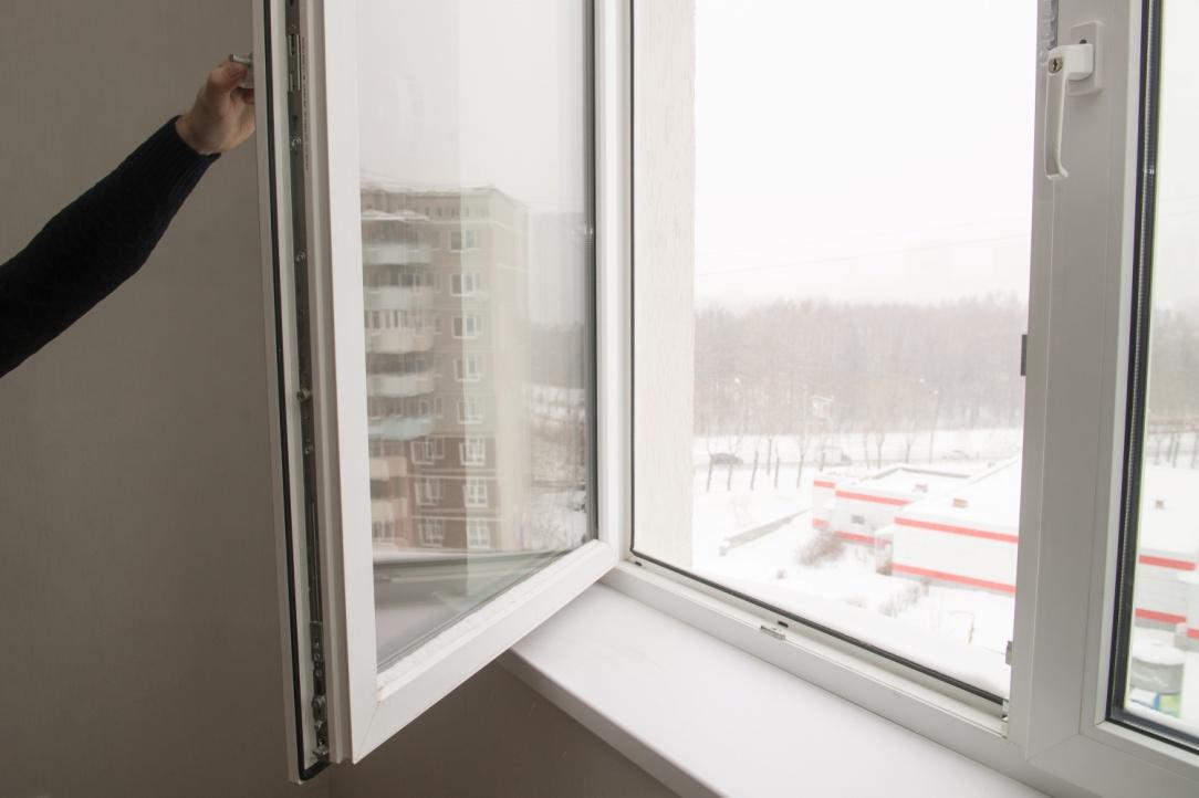 Окна легко открываются и закрываются, снизу не поддувает