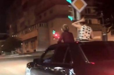 «Флешмоб, видимо»: ещё две девушки катались по центру города, высунувшись из люка
